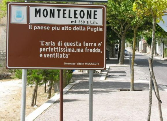 Main_road_into_Monteleone.jpg